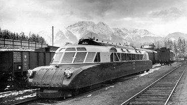 'Torpeda podhalańska' (Luxtorpeda, prędkość maksymalna: 115 km/h) na dworcu kolejowym w Zakopanem w Polsce w 1936 r.