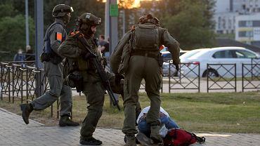 Milicjanci kopią protestującego, Mińsk, 10 sierpnia 2020.