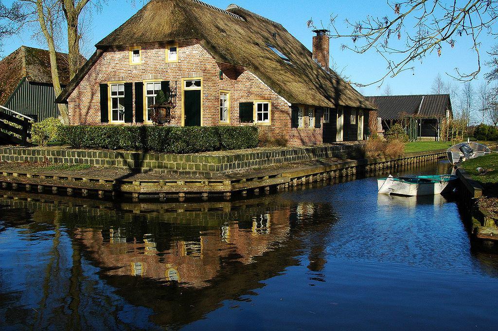 W Giethoorn można wciąż zobaczyć wiele starych domów, niektóre pochodzą z XVIII wieku