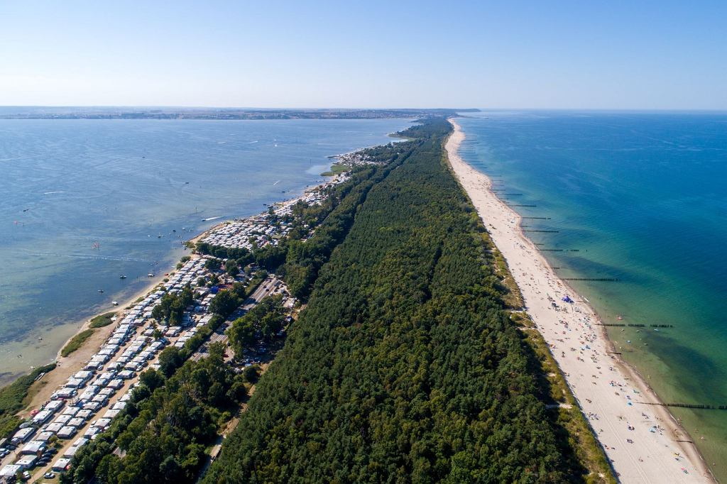 Wakacje 2020. Plaża i pola kempingowe w Chałupach