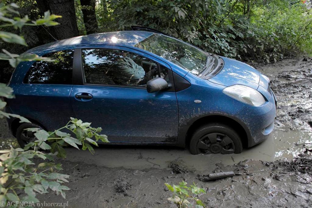 Na ul. Lemiesz na Białołęce samochody toną w błocie