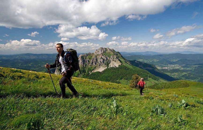 Mała Fatra, Słowacja. Mała Fatra - czwarte co do wysokości pasmo górskie Karpat Zachodnich to przepiękny masyw górski z wyjątkowo bogatą roślinnością ułożoną piętrowo od podgórskich łąk po alpejskie hale. Jedną z największych atrakcji Małej Farty jest wąwóz Horne Diery. Do najchętniej odwiedzanych i najładniejszych miejsc należy też Dolina Vratna i szczyt Wielki Krywań.