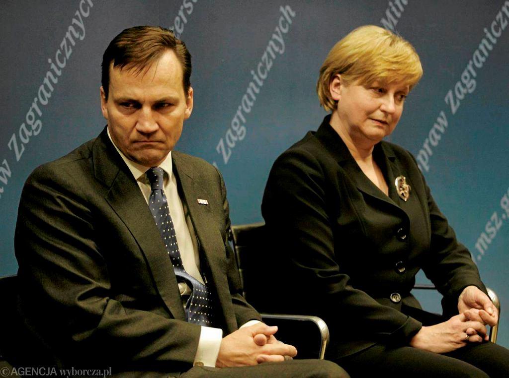 Szef MSZ Radosław Sikorski i Anna Fotyga podczas debaty na UW, 2009 r.