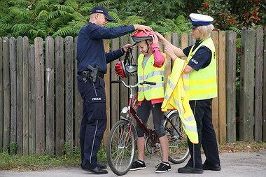 Radomska Policja uczy rowerzystów jak zakładać kaski tył na przód!