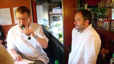 Stanisław Mancewicz i Wojciech Nowicki prowadzą dla pasażerów odczyt na temat kuchni w podróży