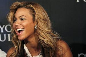 Beyonce pojawiła się ostatnio na konferencji prasowej w Nowym Jorku. Choć gwiazda wyglądała naprawdę pięknie, fotografowie musieli być bardzo rozczarowani. Artystka postanowiła zamaskować swój ciążowy brzuszek białą, luźną suknią do ziemi. Czyżby Bey nie chciała, żeby jej dziecko jeszcze przed narodzinami znalazło się w świetle jupiterów?