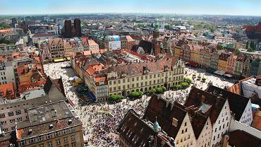 Wrocław. Warto polecić, bo to piękne, kolorowe miasto, stolica polskiej kultury. Miasto z ciekawą architekturą, ofertą kulturalną i gastronomiczną oraz niepowtarzalnym klimatem. To, co we Wrocławiu wyjątkowego to m.in. zabytkowa dzielnica Ostrów Tumski, ogromna ilość mostów, piękny rynek, jedyna w swoim rodzaju Hala Stulecia i bogate życie nocne. Można tak długo wymieniać...