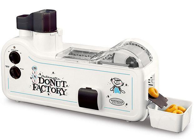 Automatic Mini Donut Factory pozwola na produkcję przemysłowych ilości pączusiów z dziurką.