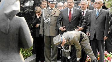 Tomasz Turowski, (na zdjęciu między Bronisławem Komorowskim, a Wojciechem Jaruzelskim) na uroczystości 65. rocznicy zakończenia drugiej wojny światowej