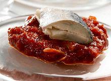 Śledzie z pomidorową cebulą - ugotuj