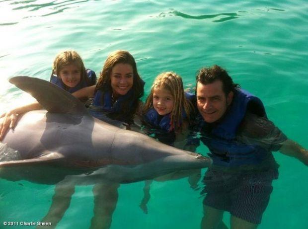 Charlie Sheen z była żoną (Denise Richards) i córkami na wakacjach