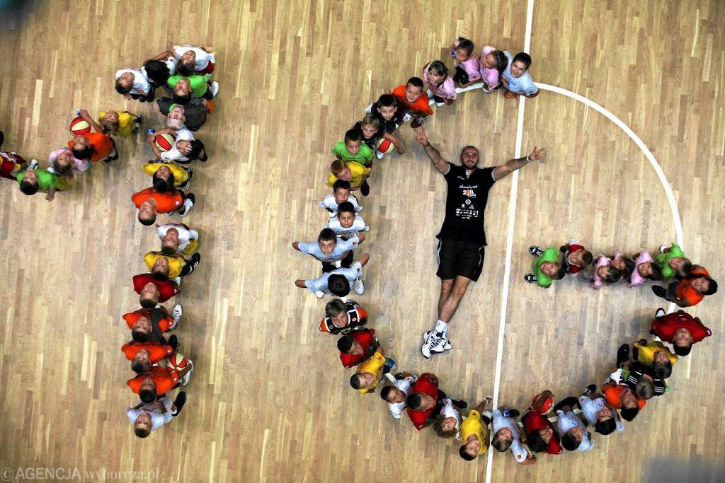 Koszykarz Marcin Gortat podczas obozu szkoleniowego dla młodzieży w Gdyni