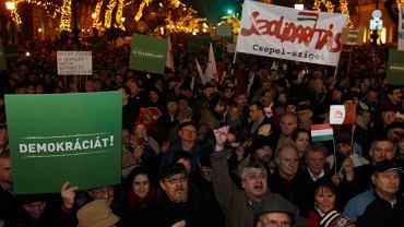 Flagi Solidarności podczas wielkich demonstracji w Budapeszcie przeciwko przeforsowanym przez rząd Victora Orbana zmianom w konstytucji