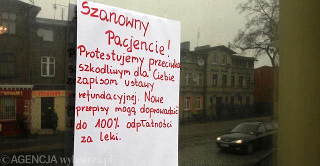 Protest na drzwiach jeden z aptek w Toruniu