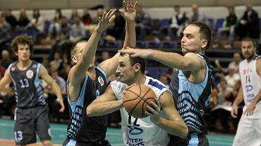 Jarosław Andrusiewicz (z piłką), tu jeszcze w barwach drugoligowego Inter Parts AZS UWM Olsztyn. Mecz z Żurawiem Gniewino (2011 r.)
