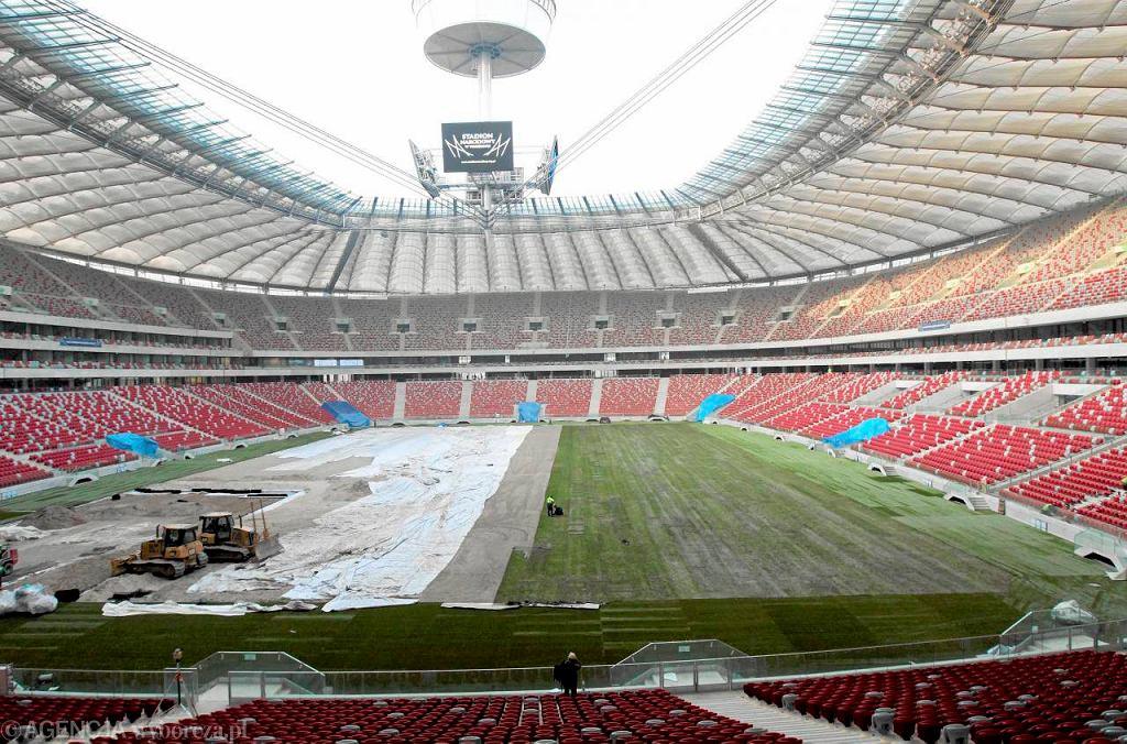 W poniedziałek przed meczem o Superpuchar na Stadionie Narodowym rozkładano trawę