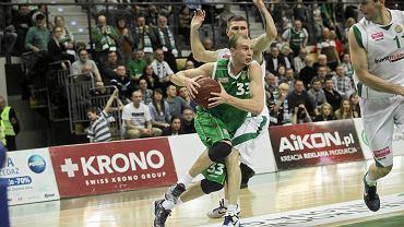Akselis Vairogs (w środku) podczas meczu Śląska Wrocław i Stelmetu Zielona Góra.
