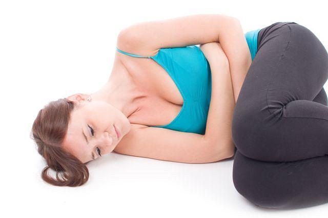 Chwilową ulgę bólu przy zapaleniu otrzewnej przynosi położenie się na plecach lub w pozycji embrionalnej