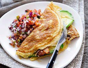 Omlet z awokado, bekonem, serem i salsą pomidorową