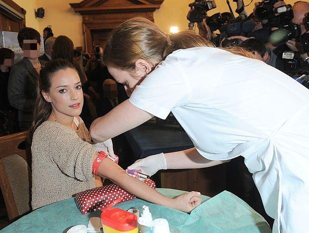 Alicja Bachleda-Curuś oddaje krew - marzec 2012