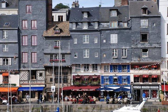 Honfleur, Dolna Normandia, Francja - łupkowe domy z XVII wieku / fot. helisiostra/FotoForum.gazeta.pl