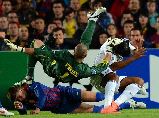 W rewanżowym meczu 1/2 Ligi Mistrzów Gerard Pique zderzył się ze swoim kolegą z drużyny - bramkarzem Victorem Valdesem. Konieczna była zmiana i przewiezienie obrońcy do szpitala