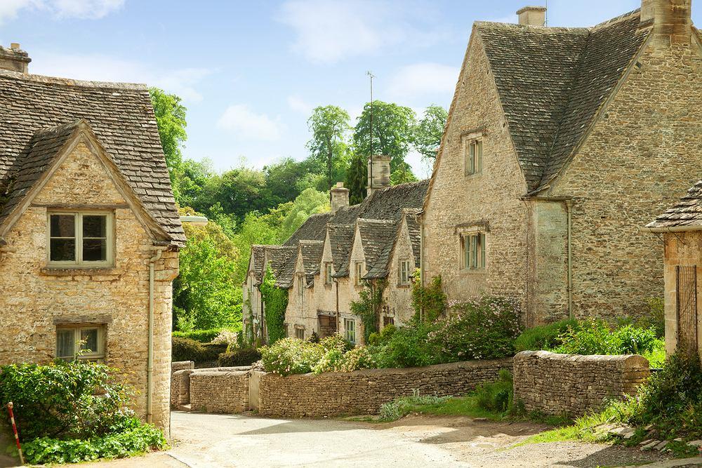 Bibury, Anglia. Bibury to właściwie nie miasto, ale wieś w Anglii, w hrabstwie Gloucestershire, w dystrykcie Cotswold. XIX-wieczny poeta William Mirris opisał Bibury jako najpiękniejsze miasteczko w Anglii. Wszystkie domy w Bibury są zbudowane z kamienia w kolorze miodu i mają dwuspadowe dachy. W połączeniu z bujną zielenią wyglądają zjawiskowo. Przez środek wioski płynie rzeka Coln.