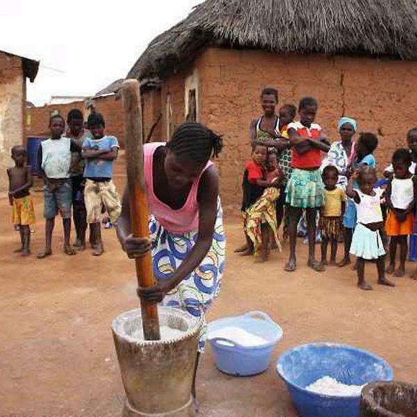 Mielenie manioku. Angola