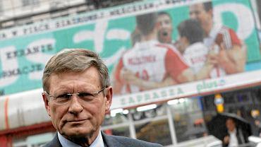 Leszek Balcerowicz na tle licznika długu w Warszawie