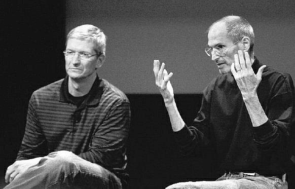 Tim Cook i Steve Jobs podczas konferencji prasowej