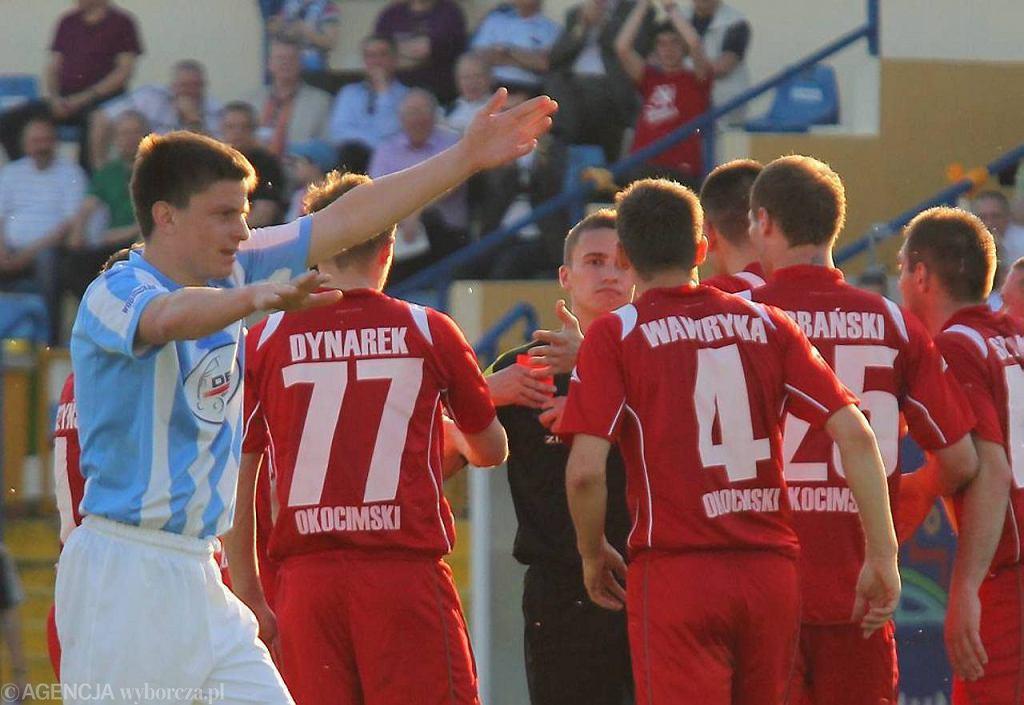 Sędzia Paweł Malec podczas meczu Stomil - Okocimski 1:2 (kwiecień 2012 r.)