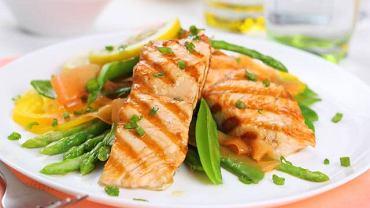 Kwasy omega-3 zawarte w łososiu regulują poziom cholesterolu oraz poprawiają pracę serca