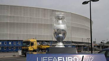 Puchar UEFA na parkingu przed wrocławskim stadionem