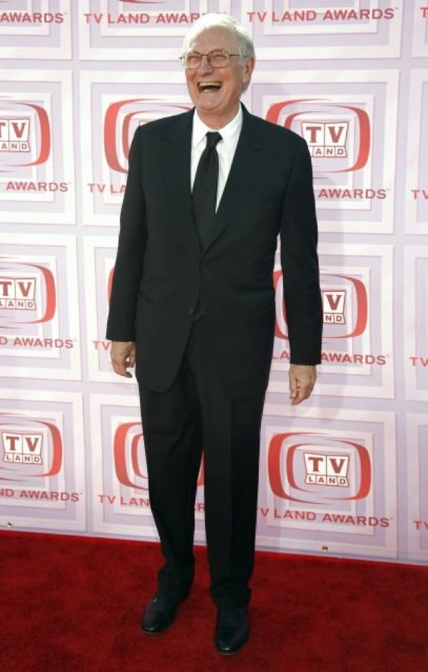 """Actor Alan Alda of the show """"M*A*S*H*"""" arrives at the TV Land Awards in Los Angeles, California, April 19, 2009. REUTERS/Jason Redmond   (UNITED STATES ENTERTAINMENT)"""