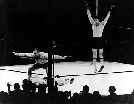 Nowy Jork, 1936 rok. Max Schmeling wznosi ręce w geście triumfu, podczas gdy sędzia Arthur Donovan liczy Joe Louisa