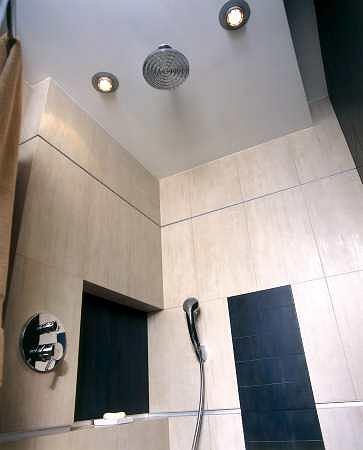 'Męski', bardzo oszczędny wystrój łazienki uwydatniają proste formy urządzeń sanitarnych oraz chłodne barwy zastosowanych tu materiałów wykończeniowych.