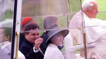 Czerwiec 1999. Kraków, lotnisko w Balicach. Jan Paweł II zaprasza prezydencką parę do papamobilu. Dwa lata wcześniej Kwaśniewski żartował ze swoim ministrem Markiem Siwcem, gdy ten 'całował ziemię kaliską'.