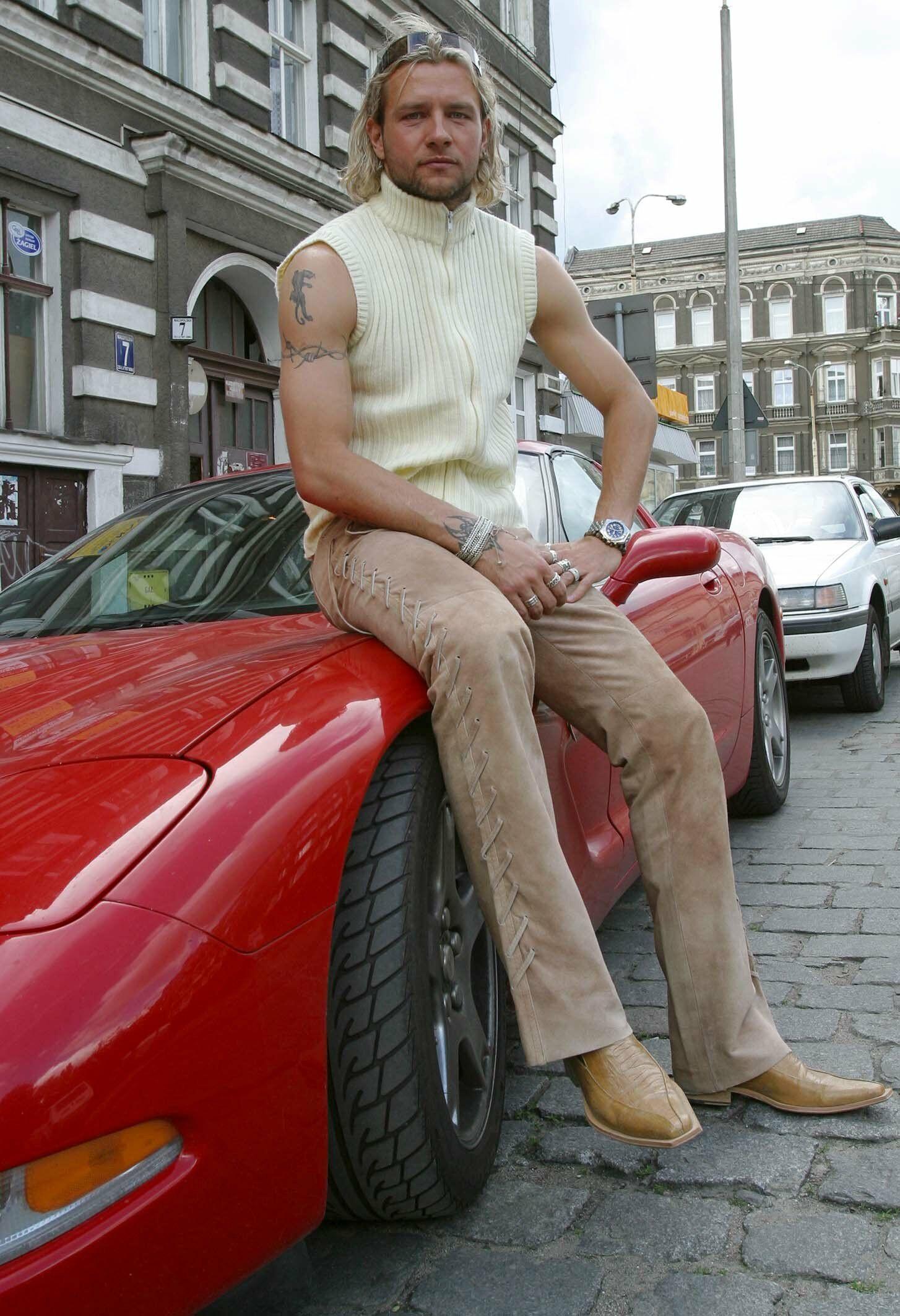 PHOTO: AGENCJA SE/EAST NEWS  Szczecin 12.06.2004 Radoslaw Majdan (32 l.) w swojej czerwonej Corvetcie z 1999 roku.