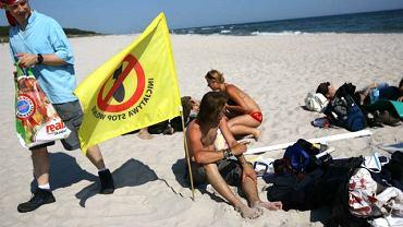 08.06.2007 Alterglobaliści na plaży w Juracie oczekują na rozpoczęcie się demonstracji