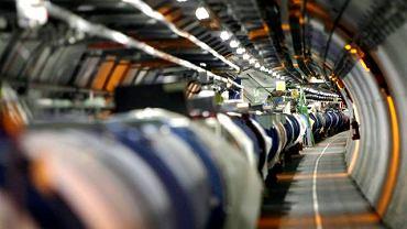 Akcelerator to 27-kilometrowa rura, 100 m pod ziemią. Jest młotkiem do kruszenia materii. Rozpędza składniki atomów i zderza je ze sobą, by kruszyły się dalej.