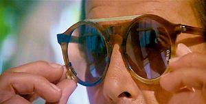 Okulary przenikające przez lustrzaną szybę