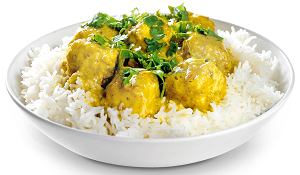 żółte curry z ryby maślanej posypane kolendrą i podane z ryżem jaśminowym