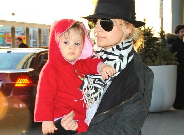 Bądźmy szczerzy - małe dzieci bywają nieładne, ale to właśnie jest w nich takie słodkie. Nicole Richie i jej malutka Harlow, która skończyła niedawno rok, wywołały swoją obecnością poruszenie na lotniku w Los Angeles. I mama, i córka prezentowały się niezwykle stylowo.