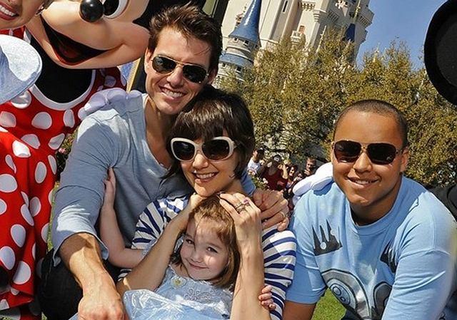 U nas zima i śnieg, a na słonecznej Florydzie zielono i ciepło. Tom Cruise zrobił niespodziankę swoim dziewczynom i zabrał je w walentynki do parku rozrywki Disneyland. Były karuzele, były księżniczki i kupa świetnej zabawy.