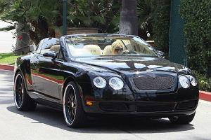 Bentley jest wizytówką największych gwiazd. Poprawka - wizytówką gwiazd, które lubią podkreślać swoją wielkość. Victoria Beckham jest ledwo widoczna zza kierownicy, ale przynajmniej wie, że dobrze się prezentuje na tle jasnych skór.