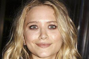 Mary-Kate Olsen częściej niż na zadowoloną wygląda, jakby przed chwilą zdechł jej chomik. Ale ostatnio coś się zmieniło i na jej ustach pojawił się grymas, który w gruncie rzeczy można nazwać czymś w rodzaju uśmiechu.