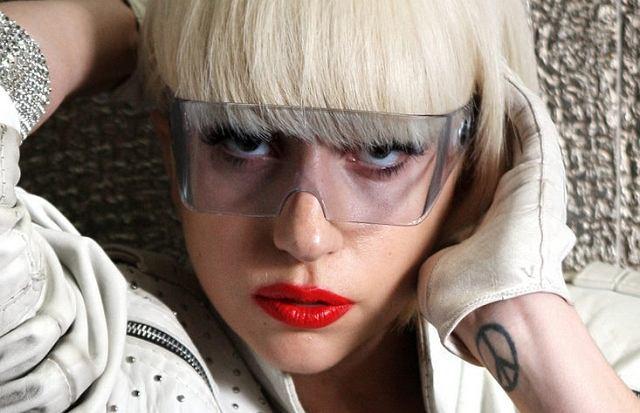 Choć nie ma brzydkich kobiet, to Lady Gaga raczej urodą nie grzeszy. Ma jednak wyjątkową zdolność do odwracania uwagi ludzi od braków w swojej urodzie. Ekstrawagancko się ubiera i to pierwsza rzecz, którą dostrzegamy.
