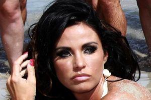 Katie Price, czyli Jordan, czyli eks Petera Andre, pozowała na jednej z plaż w dość skąpym bikini. Ciekawi nas tylko, jak udaje jej się kupić górę od kostiumu na taki biust?