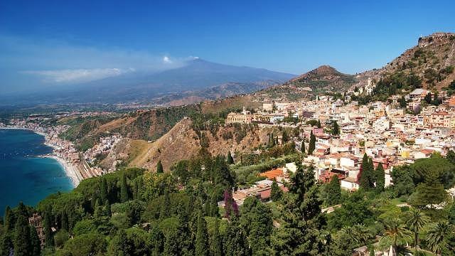 Widok na wulkan Etna od strony historycznego miasta Taormina, Sycylia