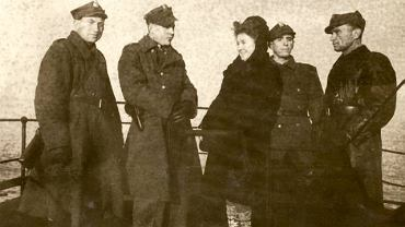 Świnoujście, jesień 1945 r. Milicjanci na pokładzie stateczku Piast, będącego wtedy jedynym połączeniem Świnoujścia z resztą kraju